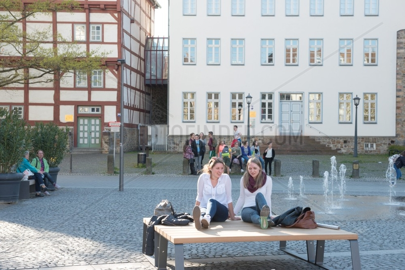 Diskutierende Frauen,  Jugendgruppe,  Buergersteig,  Platz