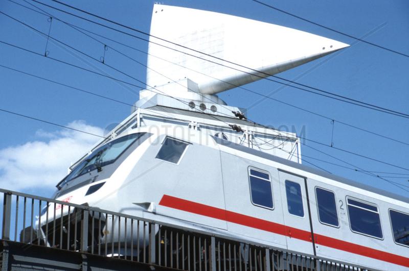 D Berlin Zug faehrt am Buerohaus an der Kantstrasse vorbei