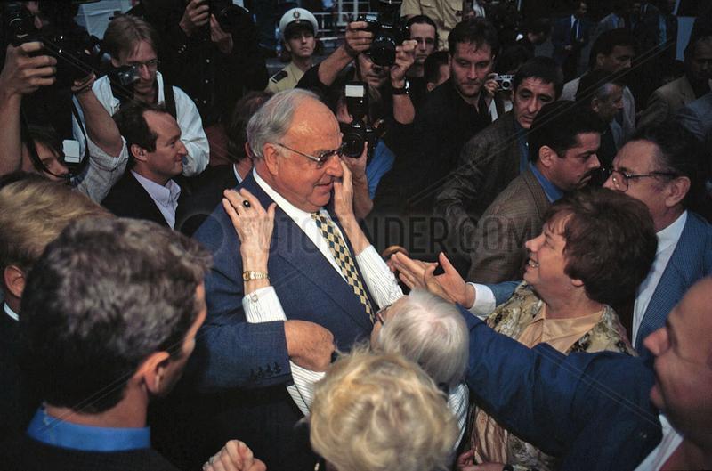 DR. Helmut Kohl beim Bad in der Menge