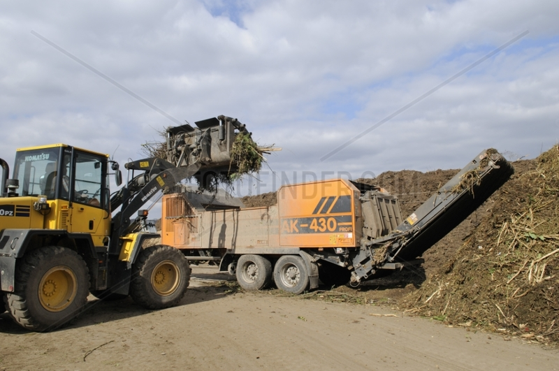 Loading a crusher with branches Hirsingue France