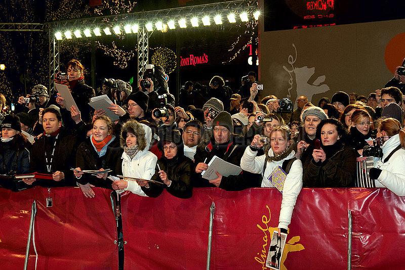 Fans vor dem Roten Teppich auf der Berlinale 2011