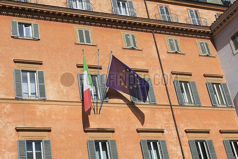 Italienische und Europaeische Fahne in Rom