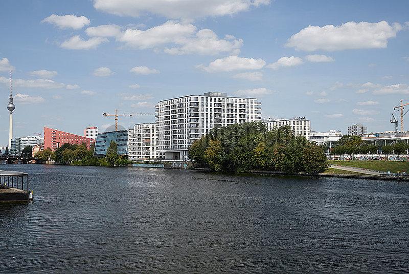 Berlin,  Deutschland - Blick vom Spreebalkon auf Wohn- und Gewerbegebaeude am Spreeufer in Berlin-Friedrichshain.