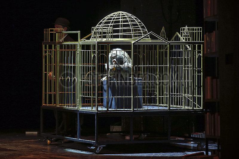 Maxim Gorki Theater EIN BERICHT FÜR EINE AKADEMIE