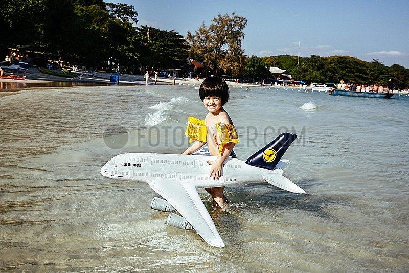 Lufthansa Plastikflugzeug in den Tropen