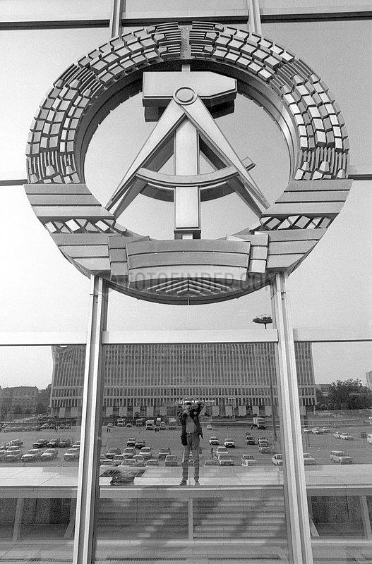 DDR Staatswappen,  Palast der Republik,  Berlin,  DDR,  Mai 1990