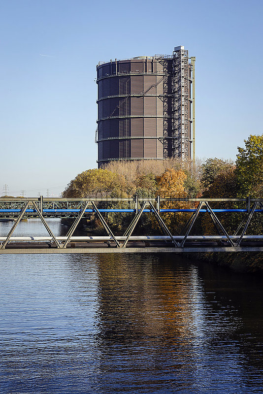 Rhein-Herne-Kanal und Gasometer in Oberhausen,  Ruhrgebiet,  Nordrhein-Westfalen,  Deutschland