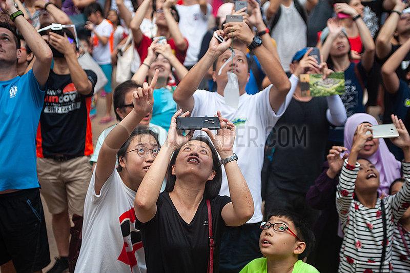 Singapur,  Republik Singapur,  Menschen beobachten die ringfoermige Sonnenfinsternis