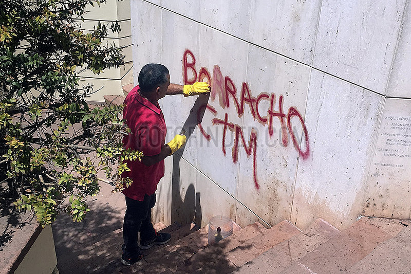 Viva Pinochet on grave of Salvador Allende