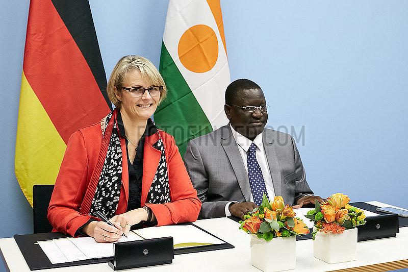 Berlin,  Deutschland - Anja Karliczek und Yahouza Sadissou. Unterzeichnung von Kooperationsvereinbarungen.