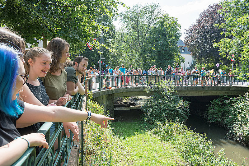 Entenrennen auf der Wieseck   Duck race on river Wieseck