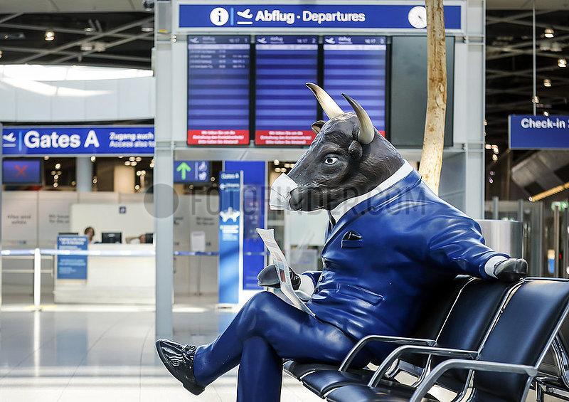Menschenleere Abflughalle am Flughafen Duesseldorf,  Bullen-Werbefigur mit Mundschutz,  Nordrhein-Westfalen,  Deutschland