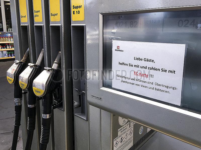 Kontaktlos bezahlen an der Tankstelle zu Zeiten der Coronakrise,  Muenster,  Nordrhein-Westfalen,  Deutschland