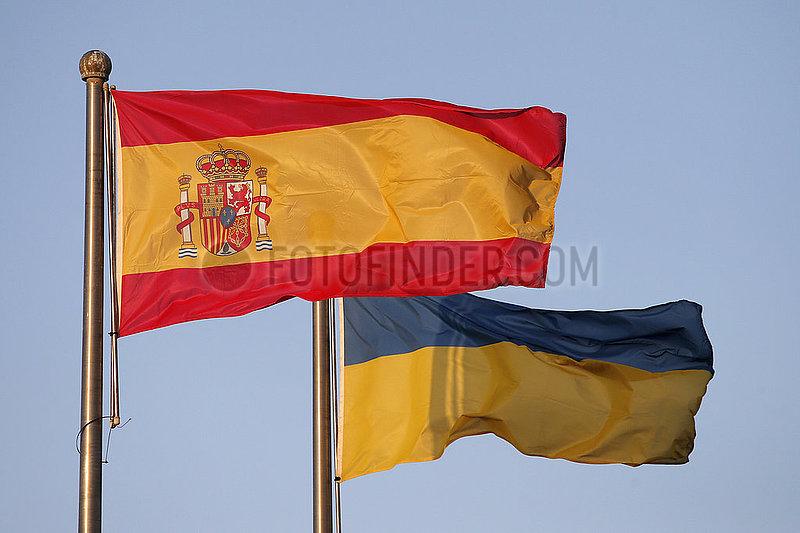 Berlin,  Deutschland,  Nationalfahnen von Spanien (links) und der Ukraine