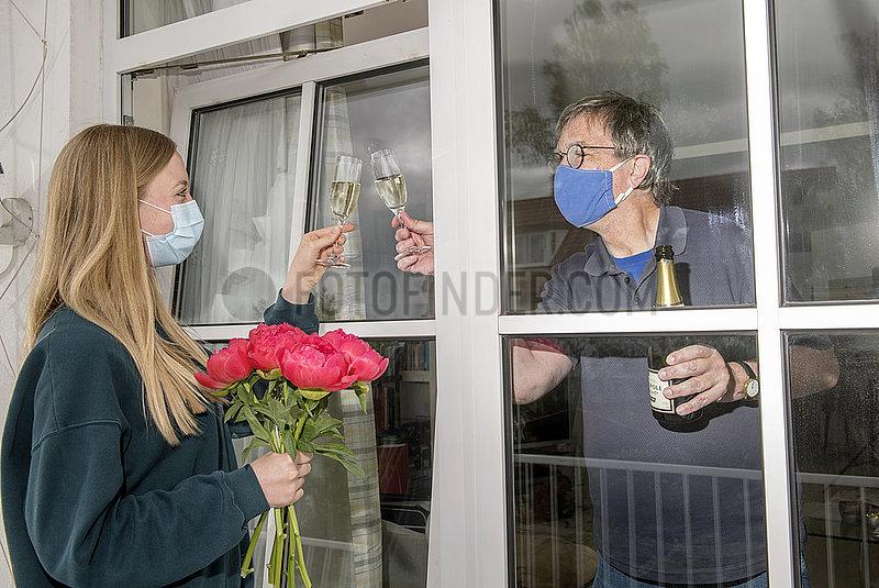 Tochter gratuliert Vater zum Geburtstag,  mit Mundschutz,  April 2020