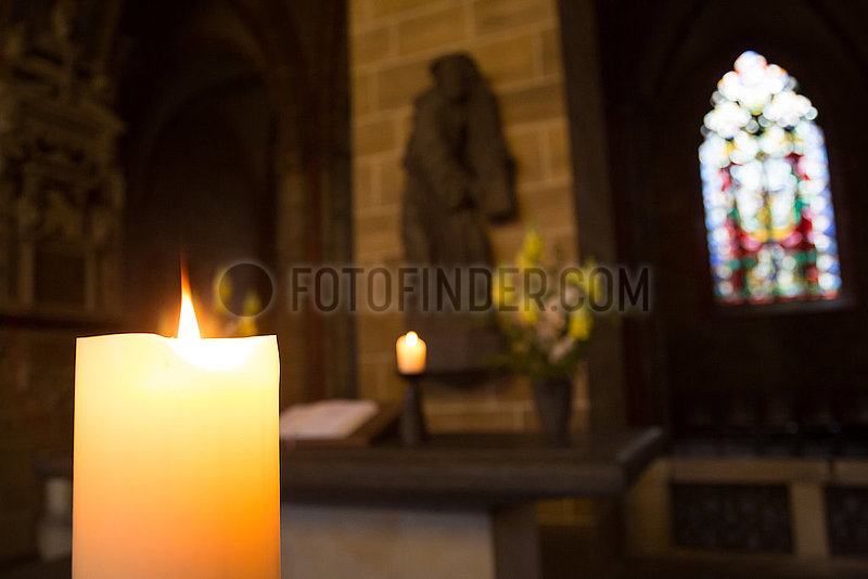 Deutschland,  Bremen - Nebenaltar im St.-Petri-Dom,  Skulptur zeigt Jesus auf dem Weg zur Kreuzigung