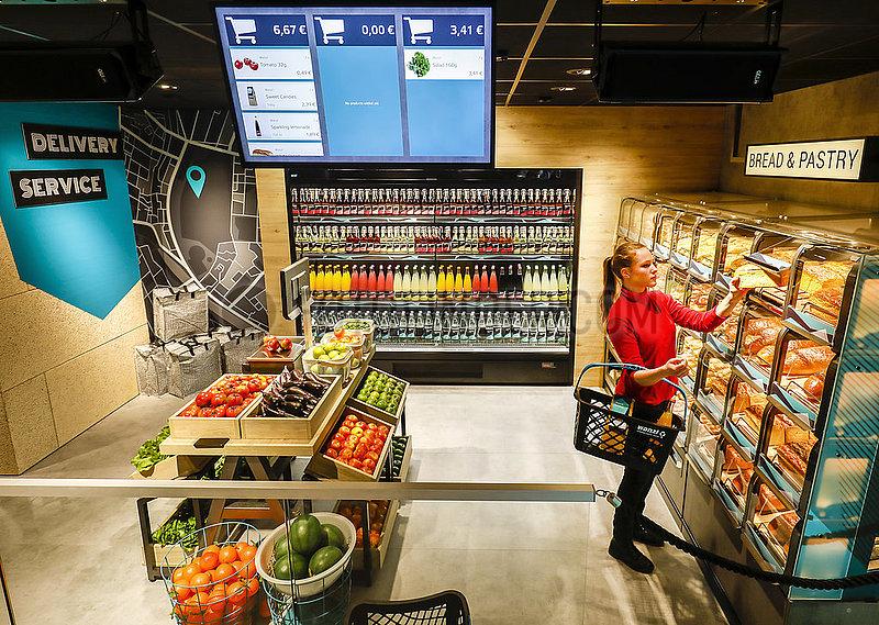 Supermarkt der Zukunft,  Bezahlen mit Handy und QR Code,  Messe Euroshop,  Duesseldorf,  Nordrhein-Westfalen,  Deutschland