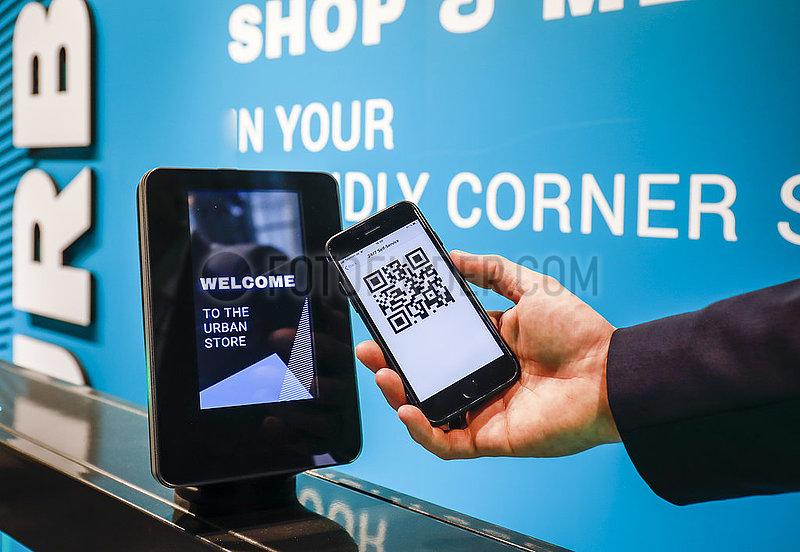 Bezahlen mit Handy und QR Code,  Messe Euroshop,  Duesseldorf,  Nordrhein-Westfalen,  Deutschland