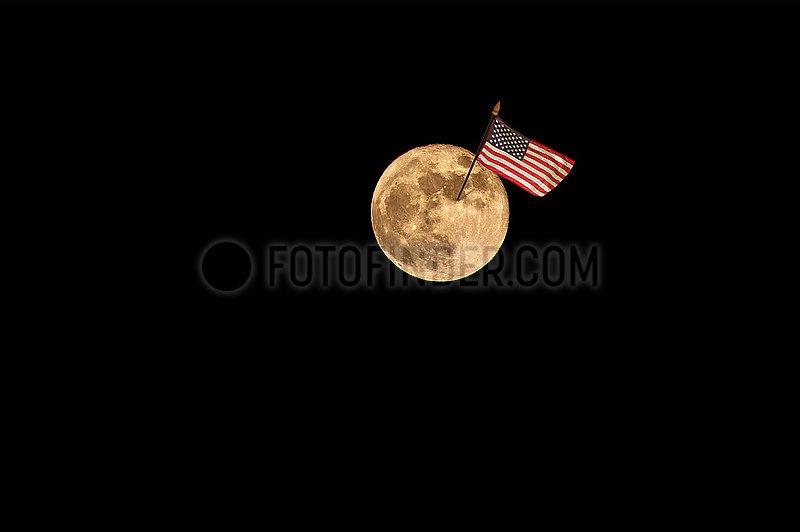 Mond mit US Flagge,  Symbolfoto Mondlandung