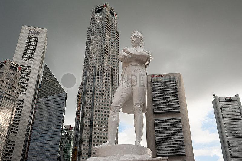 Singapur,  Republik Singapur,  Statue von Sir Thomas Stamford Raffles mit dem Geschaeftsviertel