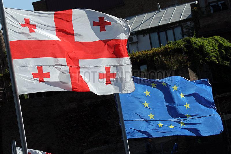 Tiflis,  Georgien,  Nationalfahne von Georgien und die Europafahne