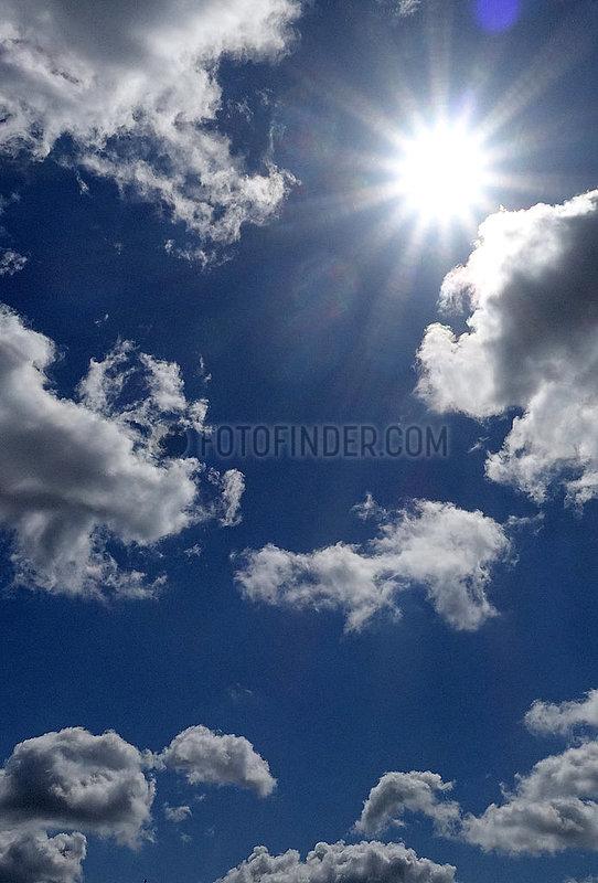 Berlin,  Deutschland,  Sonne scheint am Wolkenhimmel