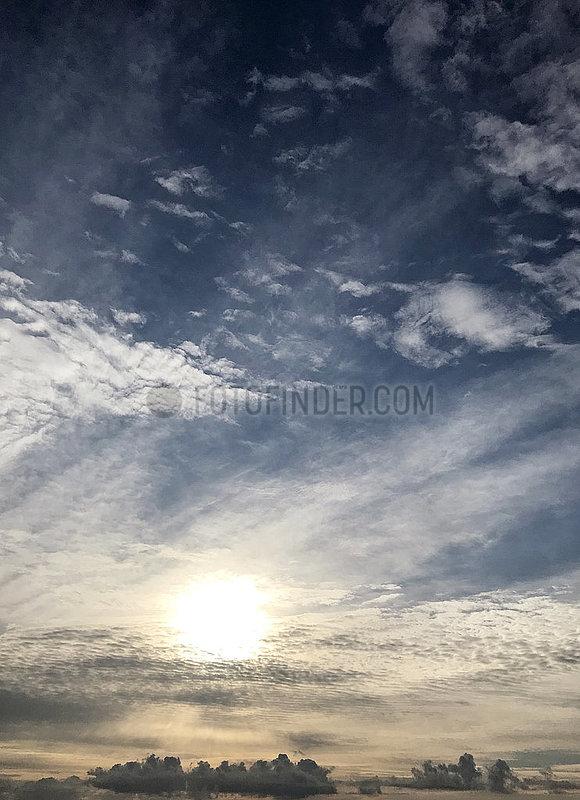 Berlin,  Deutschland,  Sonne leuchtet durch Schleierwolken am Himmel hindurch