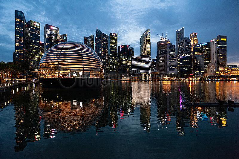 Singapur,  Republik Singapur,  Neuer Apple Flagshipstore am Ufer in Marina Bay Sands