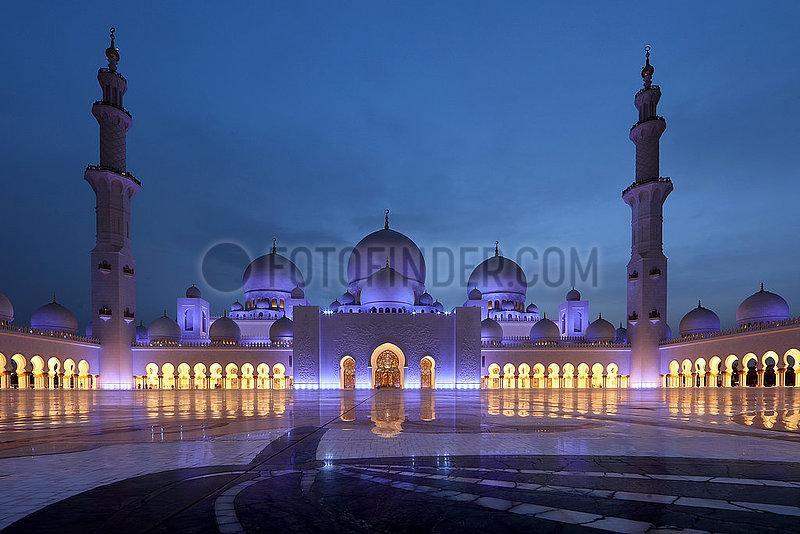 Abu Dhabi,  Vereinigte Arabische Emirate,  Ansicht der Scheich Zayid Moschee bei Daemmerung