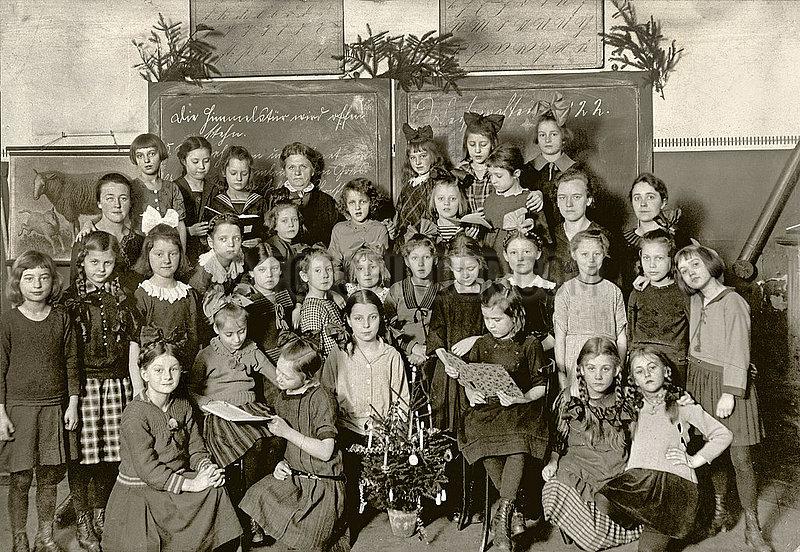 Maedchenklasse,  Weihnachtsfeier in der Schule,  1922