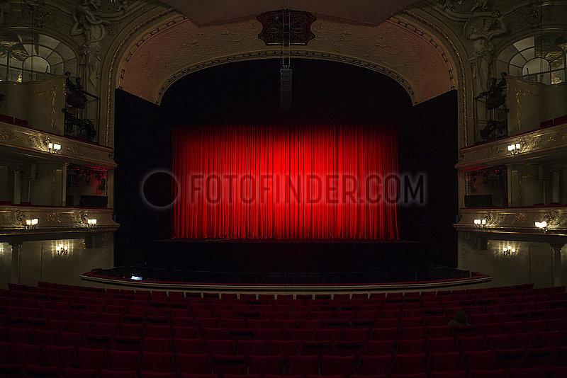 Komische Oper Berlin,  Buehnenansicht mit Vorhang