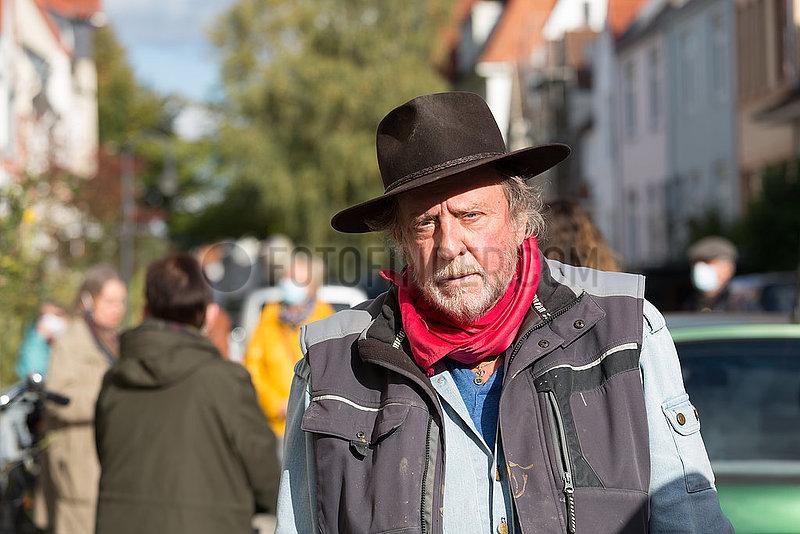 Deutschland,  Bremen - Der Bildhauer Gunter Nemnig hat uber 70.000 Stolpersteine in Deutschland verlegt. Sie geben Deportierten der Nazizeit an ihrem frueherem Wohnort einen Namen