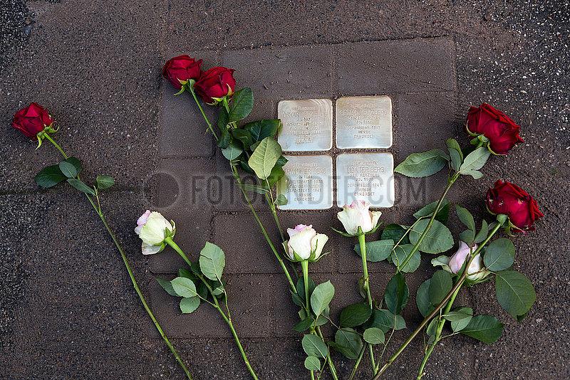 Deutschland,  Bremen - Frisch verlegter Stolperstein fuer juedische Deportierte der Nazizeit. Stolpersteine geben in ganz Deutschland Deportierten an ihrem frueherem Wohnort einen Namen