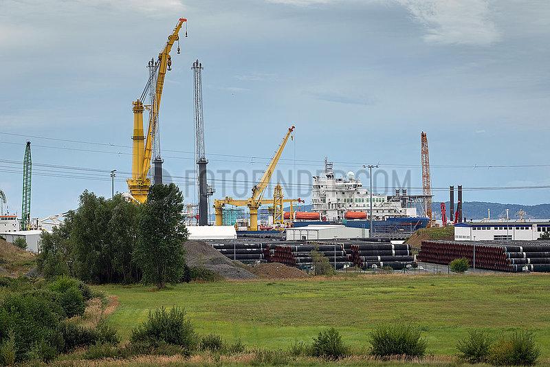 Sassnitz,  Ruegen,  Mecklenburg-Vorpommern,  Deutschland - Faehrhafen Mukran mit russischem Verlegeschiff Akademik Tscherski in Sassnitz.