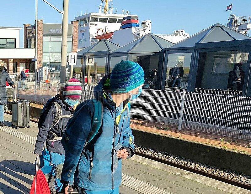 Urlauber reisen mit Schutzmaske ab