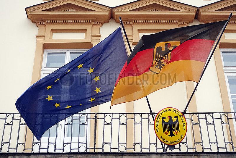 Krakau,  Polen,  Deutsche Nationalfahne und die Europafahne an einem Balkon des Generalkonsulats der Bundesrepublik Deutschland