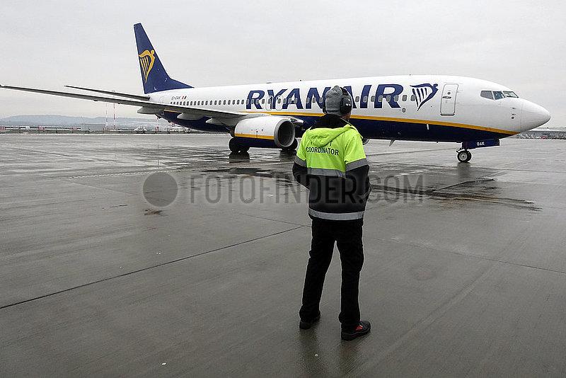 Krakau,  Polen,  Boeing 737 der Ryanair und Ramp Agent auf dem Vorfeld des Flughafen Johannes Paul II. Krakau-Balice