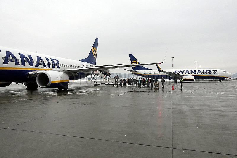 Krakau,  Polen,  Menschen steigen in ein Flugzeug der Ryanair auf dem Vorfeld des Flughafen Johannes Paul II. Krakau-Balice ein
