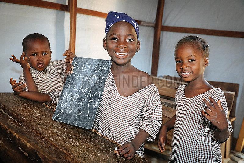Garagenschule- Boko Haram Flüchtlinge im IDP Camp St.Theresa's Church Yola