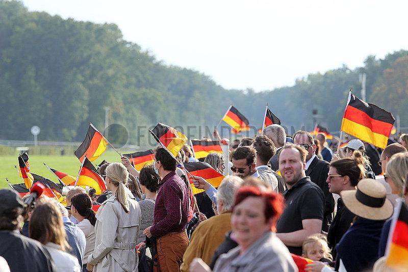 Hoppegarten,  Deutschland,  Menschen schwenken am Tag der Deutschen Einheit Nationalfahnen
