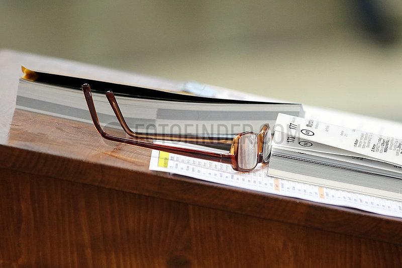 Iffezheim,  Brille und Auktionskatalog auf einem Pult