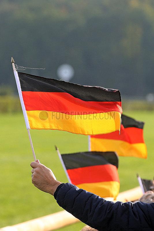 Hoppegarten,  Deutschland,  Nationalfahnen werden am Tag der Deutschen Einheit hochgehalten