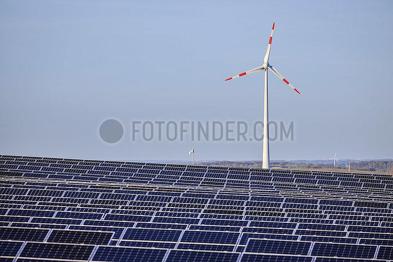 Solarpark und Windrad ,  Dortmund,  Ruhrgebiet,  Nordrhein-Westfalen,  Deutschland