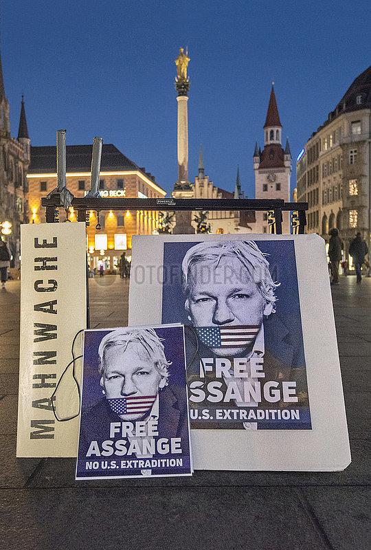 Mahnwache fuer Julian Assange,  Marienplatz abends,  Muenchen,  18.12.2020