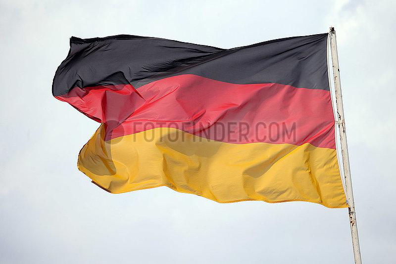Hoppegarten,  Deutschland,  Nationalfahne von Deutschland weht im Wind