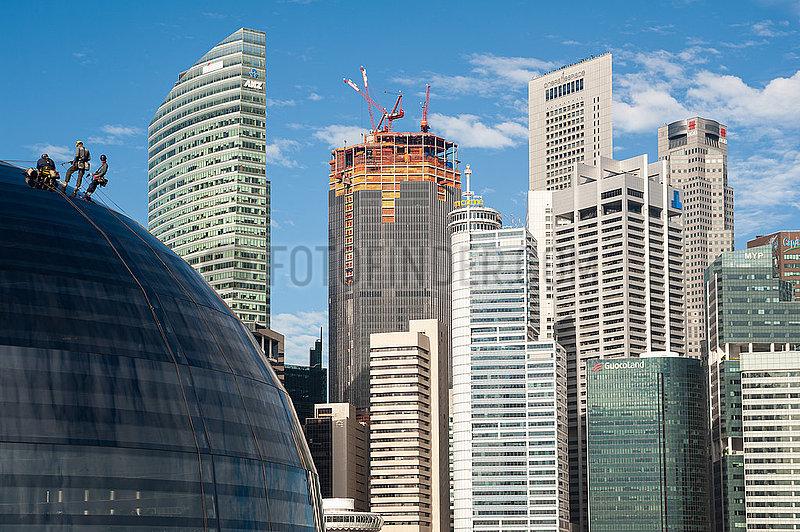 Singapur,  Republik Singapur,  Arbeiter am neuen Apple Vorzeigegeschaft (Flagshipstore) in Marina Bay Sands