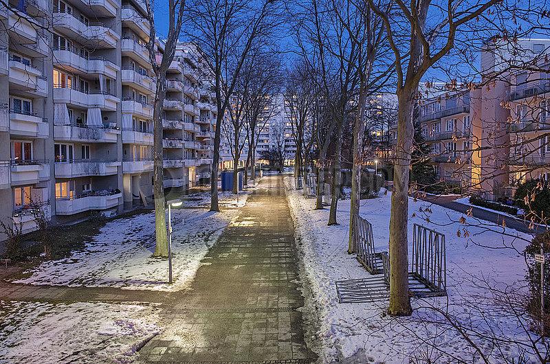Wohnanlage in Muenchen-Neuperlach,  abends,  Januar 2021