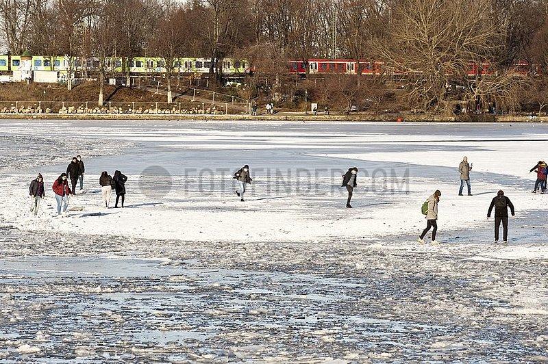 Menschen sind auf der zugefrorenen Binnenalster unterwegs