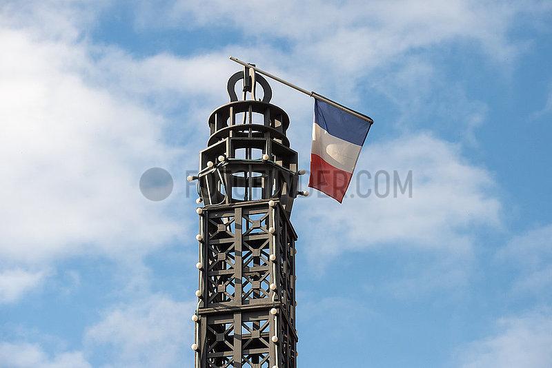 Berlin,  Deutschland - Umgeknickte franzoesische Flagge auf einer Eiffelturm-Miniatur