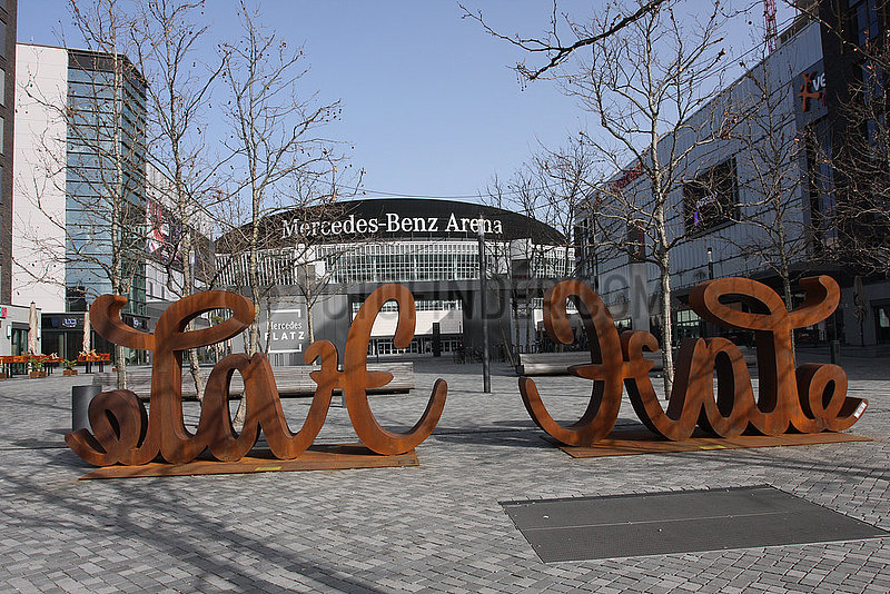 Love Hate skulptur vor dem Mercedes Benz Arena